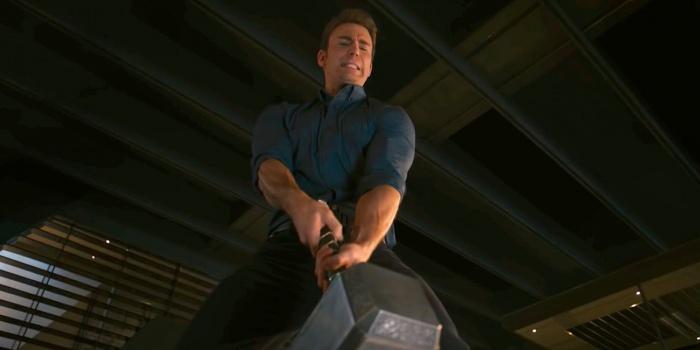 El Capitán América intenta levantar el martillo de Thor en Vengadores La era de Ultrón