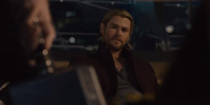 Vengadores La era de Ultrón - Thor ve cómo el Capitán América intenta levantar su martillo