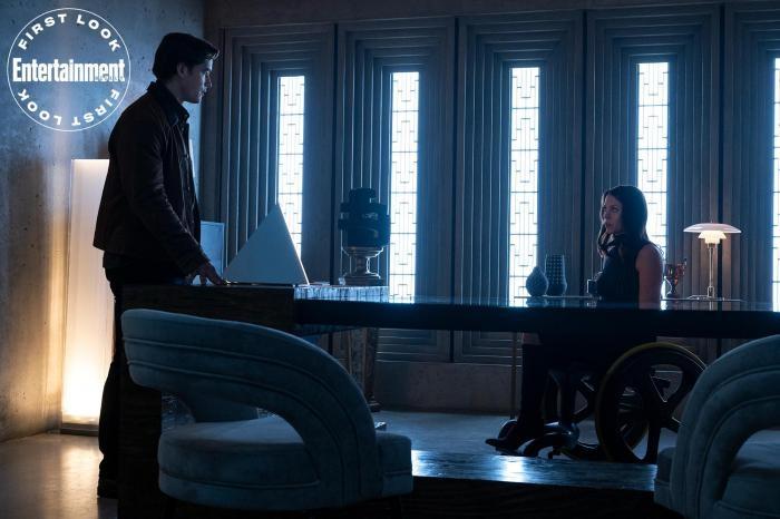 Una de las escenas promocionales de la tercera temporada que nos muestra cara a cara al Doctor Crane y Barbara Gordon después de sufrir el ataque del Joker